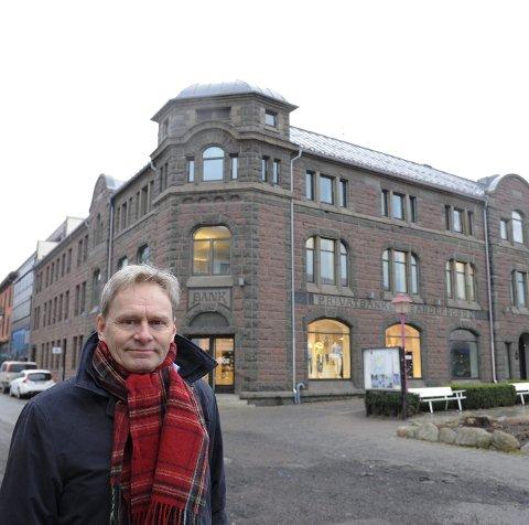 Lar seg imponere: Direktør for Vestfoldmuseene og tidligere direktør for Jugendstilsenteret i Ålesund, Nils Anker, mener arkitekturen i Sandefjord tyder på en utadvendt og moderne by med mye ressurser. Foto: Per Langevei