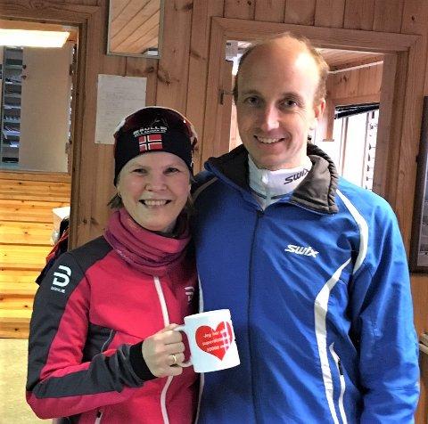 Uoffisiell verdensrekord:Tone Gravvold med det unike kruset som viser at hun har gjennomført superdistansen 10000 meter. Her sammen med sin ledsager i løpet – og livet – den tidligere skøyteløperen Odd Borgersen.