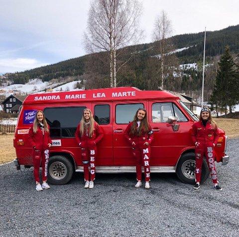 Lea Øraker, Sandra Berg, Marie Melbybråten Rognås og Berit Henriette Rognås har startet russetiden og rulling - helt etter reglene, og med smittevern i bakhodet.