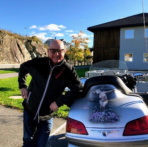 Terje Viken, stolt ved siden av motorsykkelen som har fått AFK-kunstverket lakkert på.