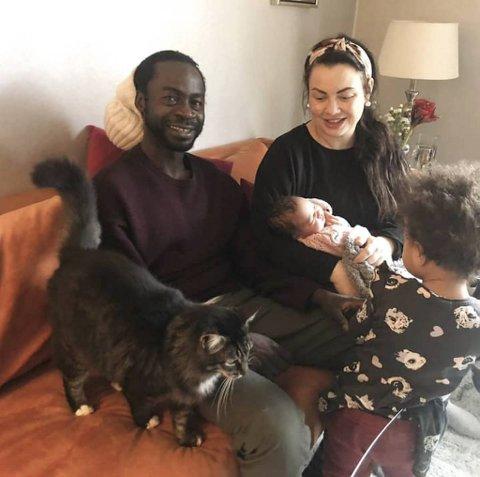 De nybakte foreldrene Musthapha Jagne og Yvonne Christoffersen avbildet rett etter fødselen. Bare to uker senere kom politiet på døren i Sandviken og hentet mannen.