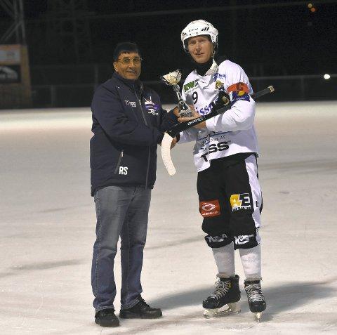 FIKK KM-POKAL: Solberg-kaptein Petter Moen (t.h.) kunne motta vinnerpokalen for KM. Til venstre: Ravi Sunder i Buskerud Bandykrets.