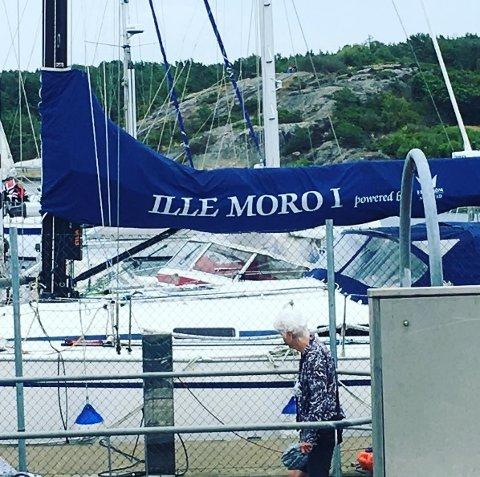 MORO: Denne båten lå på Koster denne uken, og det kan tyde på at noen har hatt det ille moro da navnet skulle bestemmes.