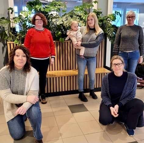 KRAFTGJENG: Krafttak mot kreft representert ved aksjonsgruppen. Bak: Aase Marit Linstad, Veronica Linstad med Amanda på armen, Cathrine Linstad. Foran: Kristin Horni, Renate Michaelsen.