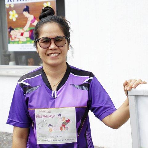 Takket: Krittika Siriphong viste sist søndag sin takknemlighet, gjennom en buddhistisk skikk utenfor klinikken sin i Holmestrand. Foto: Karin  Irene Lofsberg