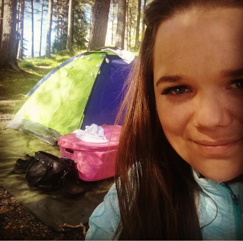 Linda har teltet før - men da under ordna forhold med lett tilkomst og toalett i nærheten. Nå søker hun seg til hager i Lofoten.