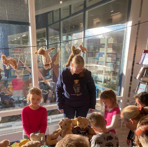 TEDDYBJØRNENS OPPRINNELSE: Bamsesamler og bibliotekar Reidun Drange fortalte om Teddybjørnene til lydhøre 1.-klassinger.