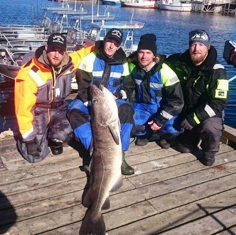 ENORM TORSK: Rasmus Roos og kompisene fra Växjö i Sverige med torsken på 35 kilo og hele 160 centimeter.