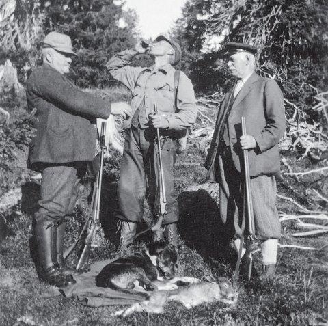JEGERE: Årboka Lautin 2020 byr på blant annet historier om lovlig og ulovlig jakt.