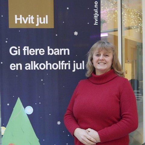 Hvit jul: Anette Hasle forteller at Juba er en frivillig junior- og barneorganisasjon som arbeider for å redusere alkohol- og narkotikabruken i samfunnet. Som leder i Sandefjordsavdelingen er hun engasjert i Hvit jul-kampanjen.Foto: Vigdis Løbach