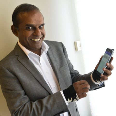 Utvikler Apper: Kurt Venkatraman utvikler blant annet apper i sitt firma Fits Consulting. Nå har han lansert en app for Larvik By og er i gang med å lage en egen app om turmulighetene i Sandefjord og omegn.    Foto: Atle Møller