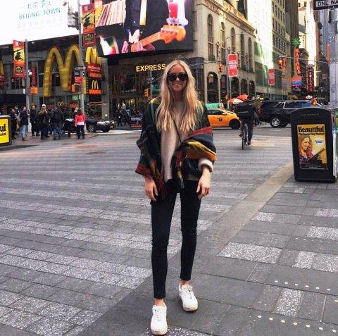 DRØMMEN SATT PÅ VENT: Maren Bjørge Kaupang (25) fulgte drømmen og flyttet til New York for å gå på kokkeskole. Koronaepidemien gjorde at hun måtte flytte tilbake til Norge igjen, og NY-drømmen er nå satt på vent. Her er hun ved Times Square i New York, før koronaviruset inntok den amerikanske storbyen.