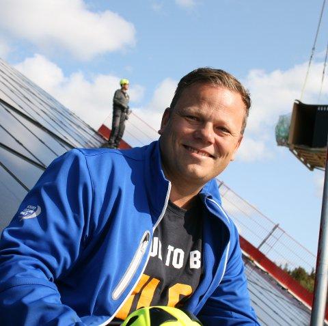 BENYTTER SEG AV NATURRESSURSENE: Ved Buer gård har de et årlig energiforbruk på rundt 500.000 kWh. 350.000 av disse blir produsert fra en tidligere installert biofyr. Nå skal et solcelleanlegg bidra med halvparten av strømforbruket på gården. Per Anders Buer fyrer med tømmer fra egen skog og benytter seg av solens energi.alle bilder: Odd arne Ruud