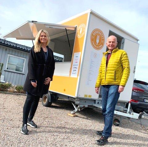 SENTRALE: Anne-Sofie Ebbesberg og Gisle Lunde er sentrale personer i en ny forening som skal skaffe sommerjobber til de unge. Kiosken i bakgrunnen skal blant annet bidra til det.  Andre prosjekter er også i bildet.