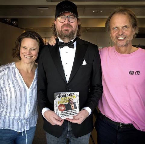 """Tuva Ørbech Sørheim, sjefredaktør i Kagge forlag (t.v.) og Erling Kagge (t.h.) med en """"glæpskælle fra Toten"""" i midten. Sitat: Ken André Ottesen."""