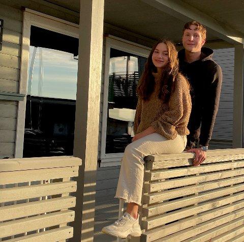 FØRSTEGANGSKJØPERE: Mina Moholt og Aleksander Brandtzæg utenfor sin nye bolig i Levanger. De sier det var enklere å komme seg inn på boligmarkedet når de var to. Eiendomsmegler John Arne Groven sier det skyldes at man ofte har to inntekter og kan låne mer.