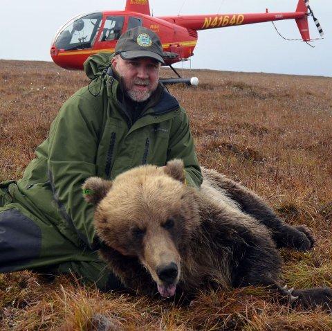 PÅ BJØRNEFANGST:  Scott Michael Brainerd var viltforskningsjef i Alaska i 12 år, før han pensjonerte seg fra stillingen 15. oktober i fjor.