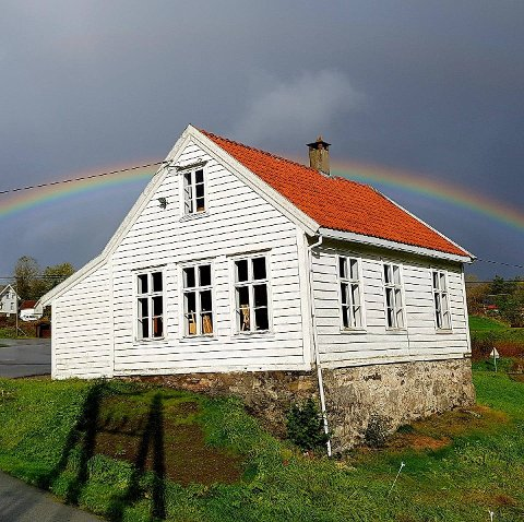 Galleri Gamleskulen på Eikangervåg skal sikre vindauga sine med pentetilskot.