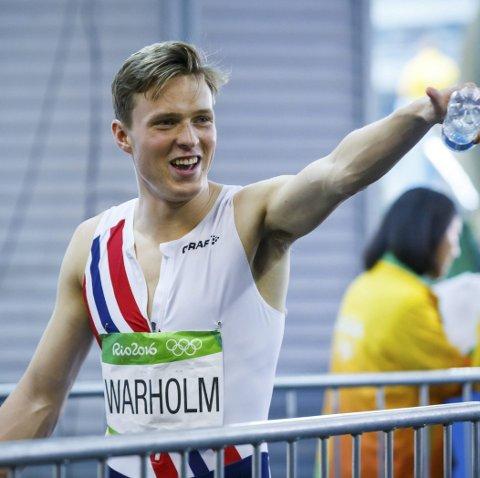 SPRUDLER: Karsten Warholm sluttar ikkje å imponere på friidrettsbana. Når han kjem til Florø lover han bånn spiker.  Foto: NTB