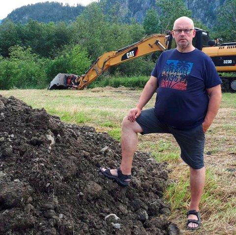 Kjell Erik Brandstadmoen fylte igjen ei grøft på jordet sitt med grus fra elva, uten å søke om lov. Nå må han lage ny våtmark som erstatning.