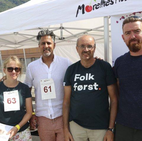 Abid Raja (V) besøkte Morellfestivalen på Lofthus i fjor sommer. Til venstre Gunnhild Berge Stang (Vestland Venstre), til høyre står Eivind Tokheim og Petter Sexe Ulriksen fra Ullensvang Venstre. Akrivfoto: Eivind Dahle Sjåstad