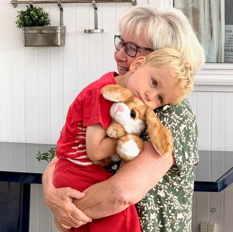 HJERTELIG GJENSYN: Marius (3) og mormor Elin Nepstad hadde ikke sett hverandre siden før korona. I tillegg hadde mormor oppsporet en ny kosekanin til barnebarnet.