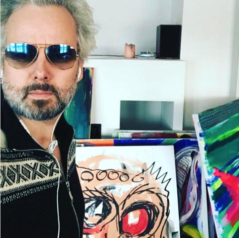 I ARBEID: Her er Ari Behn i studio med sine malerier i bakgrunnen.