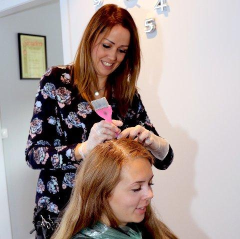 NY FRISØR PÅ FALL: Stine Madsstuen Røste har etablert seg på Fall. Her er det Stine Nerli som får ny farge på håret.