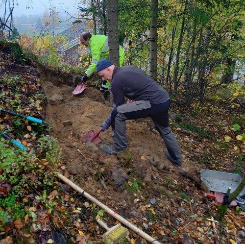 FANT GRAVPLASS: Arkeologene Øystein Rønning Andersen (bak) og Kjetil Skare ved gravplassen som ble funnet på Eikunet i Gjøvik.