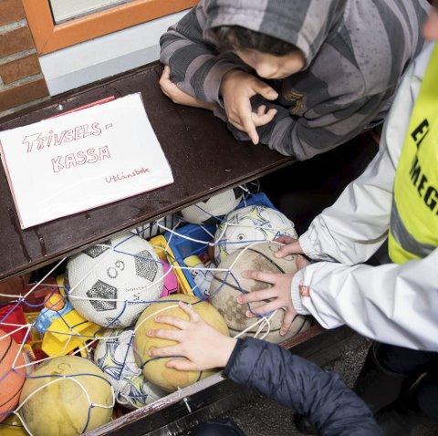 Aktivitetskasse: Trivselselevene ved Nanset skole passer på å dele ut leker og aktiviteter til alle.