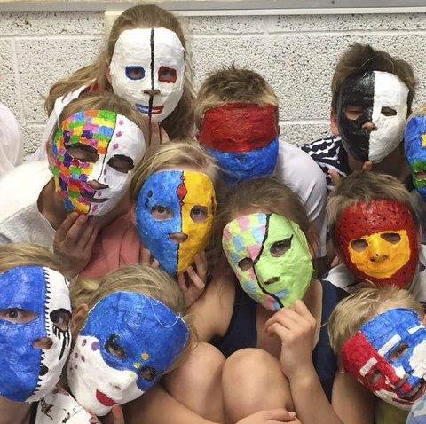 Tillitsøvelser: En del av VIS på Sky skole var å lage masker. Dette ble en tillitsøvelse for elevene.