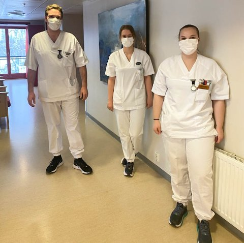 DELTIDSANSATTE: Alexander Arntsen, Veronica Midtsveen og Camilla Hansen Bergsjøbrenden begynte alle som lærlinger på Løten Helsetun, der de i dag jobber som helsefagarbeidere.