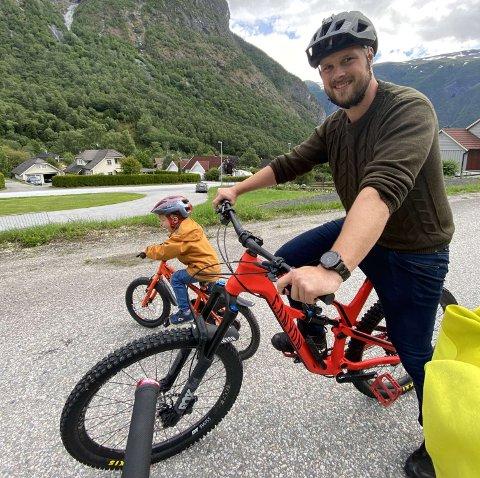 FAR OG SON: Erlend Ese og sonen Brage (3) på sykkeltur i Seimsdalen. No jobbar Erlend for å få ei spennande sykkelbane i bygda.