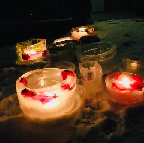 ISLYKTER: Annes lykter lyser opp i mørket. I isen har hun fryst inn roser og tulipaner som lager et vakkert mønster.