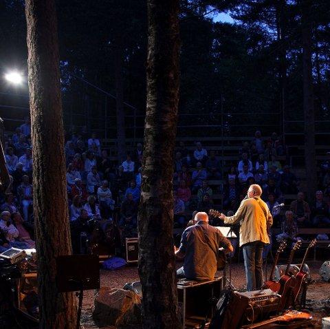 """I """"HØLET"""": Kun en gang tidligere har Lars Martin Myhre (til høyre) holdt konsert i Thaulowhullet, da også sammen med Terje Johannesen. Lørdag er de tilbake her."""