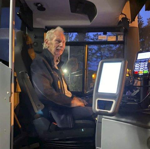 Siste dag på jobben: Fredag kjørte og hentet Thor Jørundland (snart 75 år) elevene i Gjøvdal på Åmli skule for siste gang. Etter 51 år som «Taxi-Thor» og «den aller beste bussjåføren» må han nå gå av med pensjon. – Det er vemodig og rart, sier han. Foto: privat