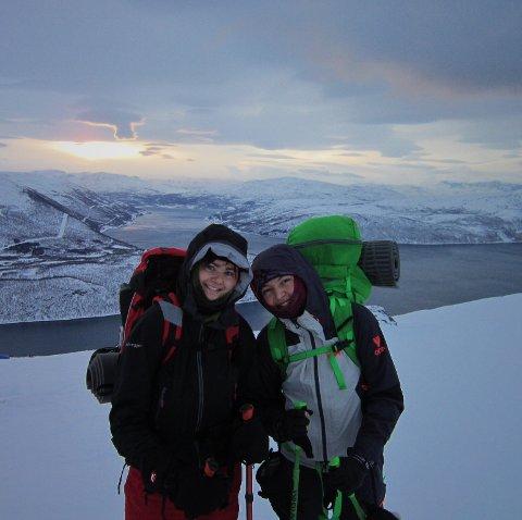Karoline Bech (t.v) og Henriette Aurmo anbefaler venner og bekjente i Nittedal å ta ett år på Alta Folkehøyskole. Henriette er fra Hakadal og Karoline fra Rotnes, og begge er født i 1999.
