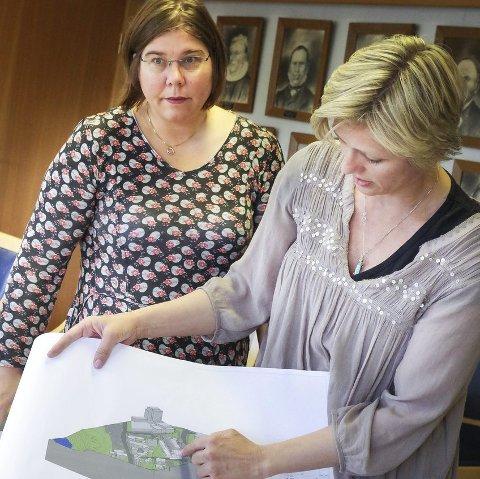 KARTET: Kristin Aasen viser Rådhuset og Essotomtskissen. Plansjef Trine Ø. Knudsen til venstre.