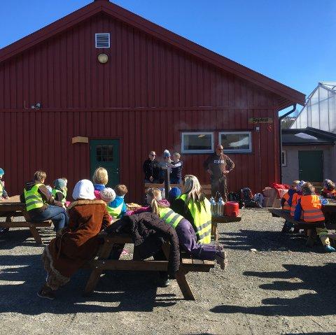LYDHØR FORSAMLING: Barnehagegruppa lyttet og det var både mat og prat på Storsteigen.
