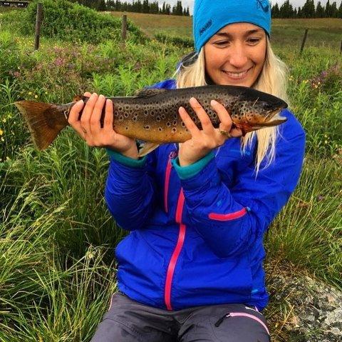 ØRRET: Miriam Jakobsen fra Lillehammer, en av dem som tok ørret på over kiloen, denne på 1,4 i Ringebu.