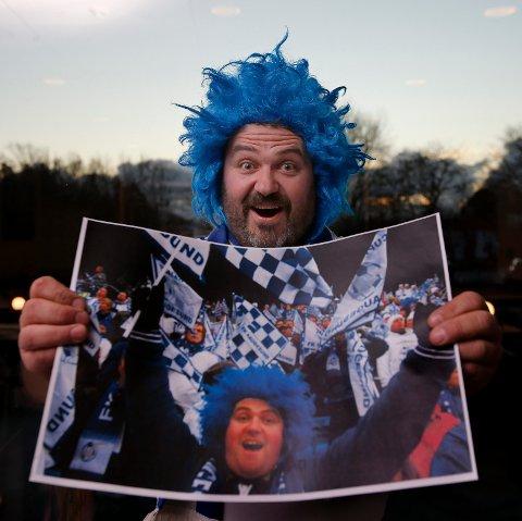 HAR DU SETT PÅ MAKEN? Karl Inge Tjoland med blinkskuddet fra 2007. Søndag er han tilbake på Ullevaal stadion. Men den samme parykken på hodet.