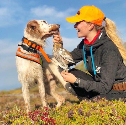 SAVNET: Mari Dahl Båtnes tilbringer mye tid ute i skog og mark sammen med hundene sine. Nå håper hun Villa  - som la på rømmen for ei lita uke siden - kommer hjem til Happy (hunden i bildet) og resten av familien på Hylla.