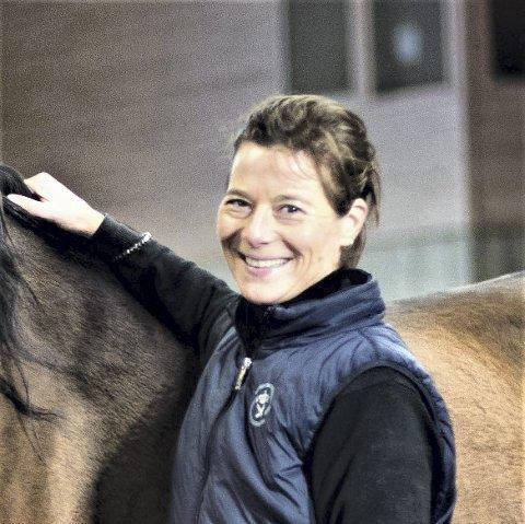 DYREGLAD: Eline Louise Falch er vokst opp med  EKT rideskole og husdyrpark, som hun håper får bestå også i fremtiden.FOto: Privat
