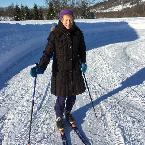 PÅ SKI: Åshild Krogstad (92) varmer opp på gårdsplassen mens hun venter på at ei ordentlig skiløype skal bli kjørt opp.
