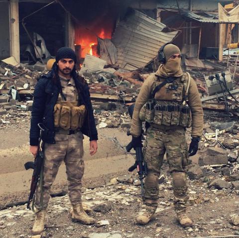"""Bildet er av """"Mike"""" (t.h) sammen med en av de lokale soldatene."""