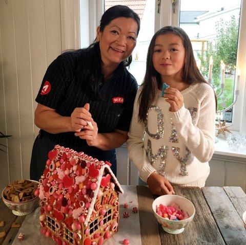 PEPPERKAKEBAKER: Linn Kristina Linnebo-Olsen er kjent for sine lekre pepperkakehus. Her sammen med datteren My.