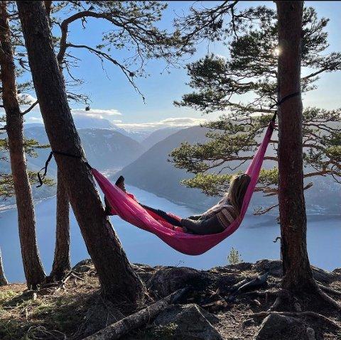 AKTIV: Ski, rulleski, sykkel eller bare fjelltopper spiller ingen rolle, Grete Rekvik Burvald elsker å være ute i naturen, både alene og med resten av familien.