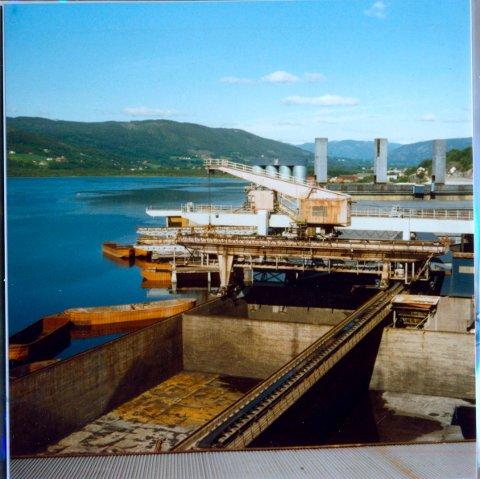 SLIK VAR DET: Slik så det ut på brygga ved Notodden Smelteverk. Kranvangene er midt i bildet. Vi ser lektere som losses og lastes. Industriminnet forfaller.