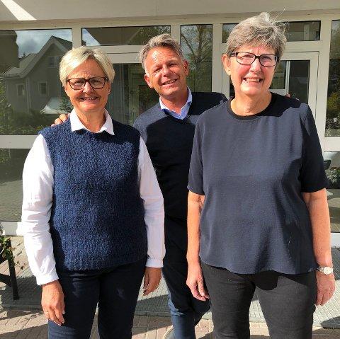 JUBILANTER: Både Anne Mette Andreassen t.v. og Ingebjørg Berglid Bolstad har blitt hedra for 40 års lang og tro tjeneste i DnB-systemet denne sommeren. I midten Erling Levang, banksjef for alle DnB-avdelingene i Vest-Oppland.