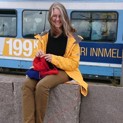 Statistrikk: - Jeg har både forhåndsstemt og forhåndsstrikket til dette valget, forteller Katrine Frey Frøslie. Foto: Ulf Kjelaas